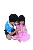 Старший брат обнимая и успокаивая плакать его сестра изолировано Стоковое Фото