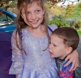 старший брат обнимая маленькую сестру Стоковое Фото