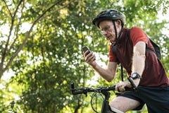 Старший велосипедист используя gps на мобильном телефоне стоковая фотография rf