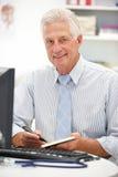 Старший доктор на столе стоковые изображения rf
