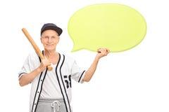 Старший держа пузырь бейсбольной биты и речи Стоковое фото RF