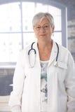 Старший женский доктор в пальто лаборатории Стоковые Фото