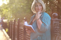 Старший женщины в парке с книгой Стоковое Изображение RF
