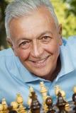 Старший игрок шахмат стоковая фотография