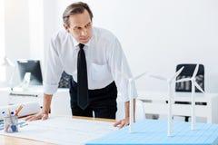 Старший инженер смотря модели ветрянки стоковое фото rf