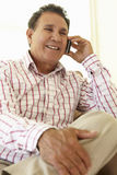 Старший испанский человек используя мобильный телефон Стоковое фото RF