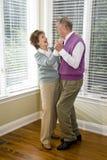 старший комнаты танцы пар живя любящий стоковая фотография