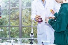 Старший красивый исследователь и молодая красивая женщина медицинские studen стоковые фото