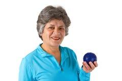 старший массажа удерживания шарика женский стоковая фотография rf