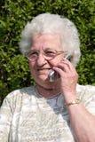 старший мобильного телефона используя женщину Стоковое фото RF