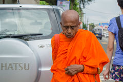 Старший монах buddist идя на улицу стоковые фотографии rf