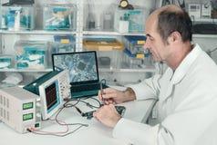 Старший мужской техник работает в объекте ремонта оборудования Стоковые Изображения