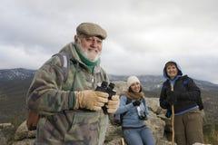 Старший мужской Hiker держа бинокли стоковое изображение rf