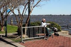 Старший мужчина наслаждаясь днем S603 Стоковые Изображения RF