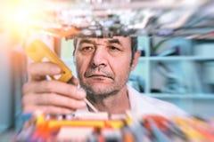 Старший мыжской техник испытывает радиотехническую аппаратуру стоковые фото
