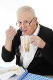 Старший наркоман высококалорийной вредной пищи Стоковые Фотографии RF