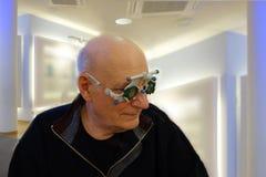 Старший на optician испытывая новые объективы в рамке следа стоковое фото rf