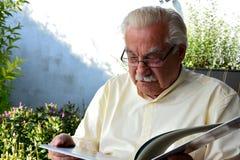 Старший ослаблять в саде Стоковые Фото