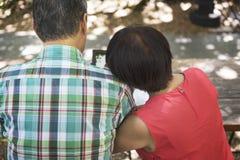 Старший отдых пар вне концепции Стоковое Фото