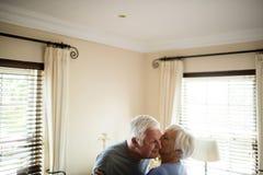 Старший один другого обнимать пар в спальне Стоковая Фотография
