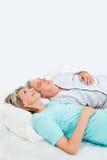 старший пар кровати задумчивый Стоковое фото RF