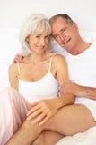 старший пар кровати ослабляя Стоковые Изображения RF