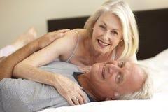 старший пар кровати ослабляя Стоковое фото RF
