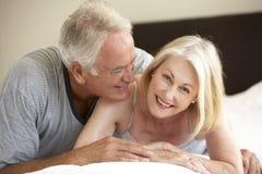 старший пар кровати ослабляя Стоковое Изображение