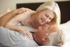 старший пар кровати ослабляя Стоковая Фотография RF