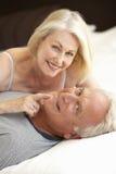 старший пар кровати ослабляя Стоковая Фотография