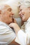 старший пар кровати ослабляя Стоковые Фото