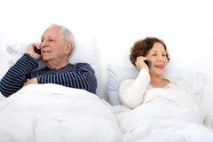 старший пар кровати стоковое фото rf
