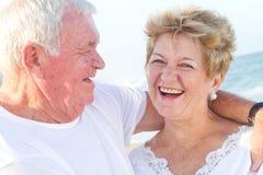 старший пар смеясь над Стоковые Фото