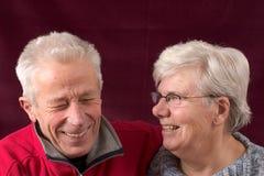 старший пар смеясь над Стоковое Изображение RF