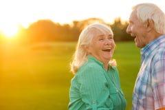 старший пар смеясь над Стоковое фото RF