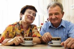 старший пар счастливый усмехнулся Стоковое фото RF