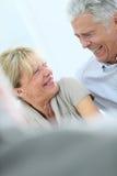 старший пар счастливый смеясь над Стоковые Изображения RF