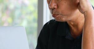 Старший планшет пользы пар совместно видеоматериал