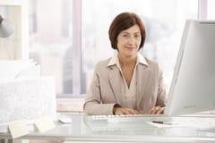 старший портрета офиса стола коммерсантки Стоковое Изображение RF