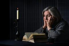 Старший портрет женщины с книгой Стоковое Изображение