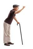 Старший подготавливать постучать на двери Стоковая Фотография