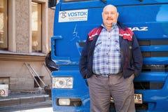 Старший положительный водитель грузовика с усиками Стоковые Изображения RF