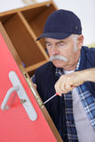 Старший профессионал с ключами разных видов в locksmith стоковые изображения rf