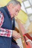 Старший профессионал с ключами разных видов в locksmith стоковые фотографии rf