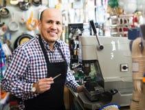 Старший профессионал с разными видами ключей в locksmith Стоковое фото RF