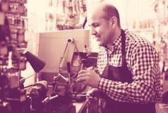 Старший профессионал с разными видами ключей в locksmith стоковые фото