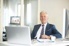 Старший профессиональный человек в офисе Стоковая Фотография