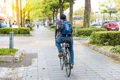 Старший путь велосипеда езды человека пешком вдоль дороги в Японии, излечивает Стоковые Фотографии RF