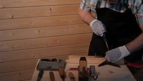 Старший плотник затягивает винт акции видеоматериалы