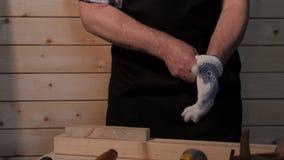 Старший плотник подготавливая работать видеоматериал